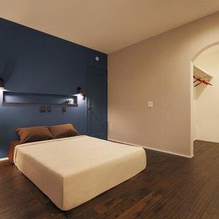 他の地域のモダンスタイルのおしゃれな主寝室 (青い壁、濃色無垢フローリング、茶色い床)