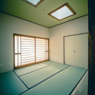 Ejemplo de dormitorio principal, asiático, pequeño, sin chimenea, con tatami y suelo verde