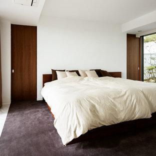 大阪のモダンスタイルのおしゃれな主寝室 (白い壁、カーペット敷き、暖炉なし、グレーの床) のレイアウト