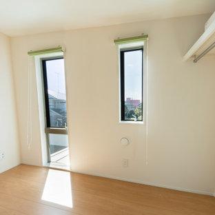 Ejemplo de dormitorio principal, papel pintado y papel pintado, minimalista, pequeño, papel pintado, con paredes blancas, suelo de contrachapado, suelo blanco, papel pintado y papel pintado
