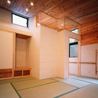 Imagen de dormitorio principal, madera y madera, minimalista, grande, madera, con paredes blancas, tatami y madera