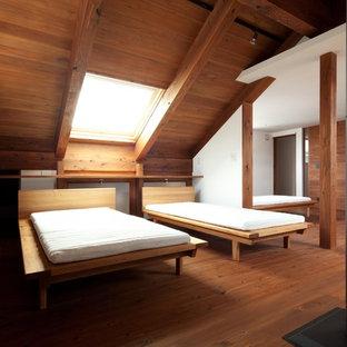 Пример оригинального дизайна: спальня в восточном стиле с белыми стенами, темным паркетным полом, печью-буржуйкой и коричневым полом