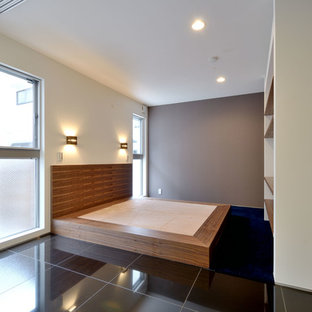 На фото: хозяйская спальня среднего размера в стиле модернизм с фиолетовыми стенами, ковровым покрытием и синим полом без камина с