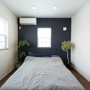 他の地域のミッドセンチュリースタイルのおしゃれな寝室 (マルチカラーの壁、濃色無垢フローリング、茶色い床) のレイアウト