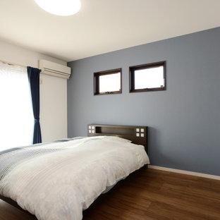 Idéer för att renovera ett mellanstort vintage huvudsovrum, med blå väggar, plywoodgolv och brunt golv