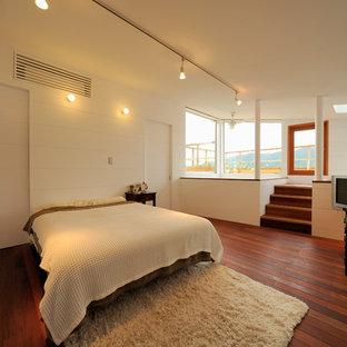 他の地域のビーチスタイルのおしゃれな寝室 (白い壁、濃色無垢フローリング、茶色い床) のレイアウト