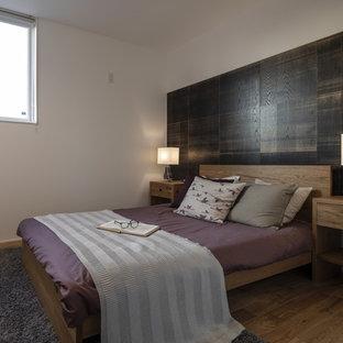 他の地域のアジアンスタイルのゲスト用寝室の画像 (白い壁、無垢フローリング、茶色い床)
