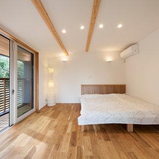 他の地域の北欧スタイルのおしゃれな寝室 (白い壁、薪ストーブ、茶色い床) のインテリア