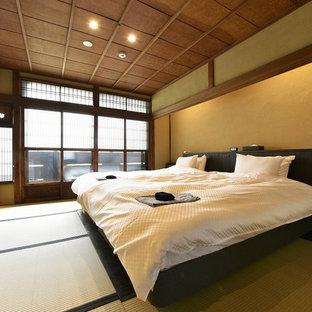 京都の和風のおしゃれな寝室 (畳、茶色い壁、緑の床) のインテリア