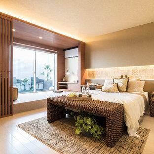 他の地域のアジアンスタイルのおしゃれな寝室 (茶色い壁、淡色無垢フローリング、ベージュの床)