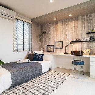 Cette image montre une chambre asiatique avec un mur blanc et un sol blanc.