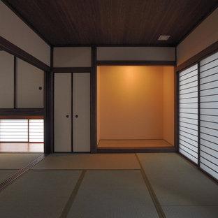 Ejemplo de habitación de invitados de estilo zen con paredes blancas y tatami