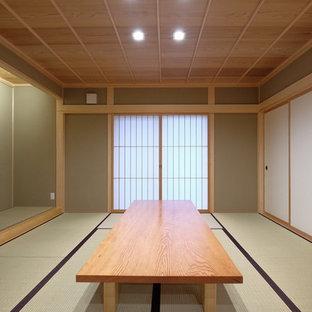 Неиссякаемый источник вдохновения для домашнего уюта: маленькая гостевая спальня в восточном стиле с зелеными стенами, татами и зеленым полом без камина