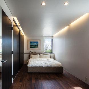 東京23区のモダンスタイルのおしゃれな寝室 (白い壁、濃色無垢フローリング、茶色い床) のインテリア
