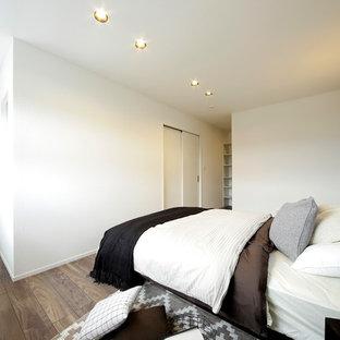 札幌のモダンスタイルのおしゃれな寝室 (白い壁、無垢フローリング、茶色い床) のレイアウト