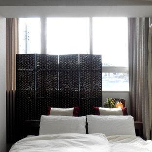Foto de dormitorio principal, de estilo zen, de tamaño medio, con paredes blancas, suelo vinílico y suelo marrón