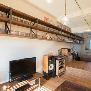 東京23区のコンテンポラリースタイルのおしゃれな寝室 (白い壁、無垢フローリング、茶色い床) のインテリア