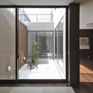 Réalisation d'une chambre d'amis minimaliste avec un mur marron et un sol de tatami.