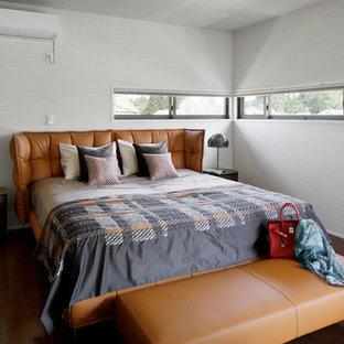 他の地域の中くらいのコンテンポラリースタイルのおしゃれな主寝室 (ベージュの壁、合板フローリング、暖炉なし、茶色い床)