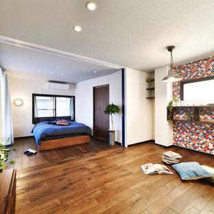 他の地域の北欧スタイルのおしゃれな寝室 (白い壁、濃色無垢フローリング、茶色い床) のレイアウト