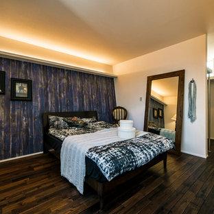 他の地域のコンテンポラリースタイルのおしゃれな寝室 (マルチカラーの壁、濃色無垢フローリング、茶色い床) のインテリア