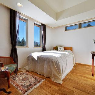 他の地域の北欧スタイルのおしゃれな寝室 (白い壁、無垢フローリング、茶色い床)