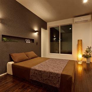 他の地域のコンテンポラリースタイルのおしゃれな主寝室 (グレーの壁、濃色無垢フローリング、茶色い床) のインテリア