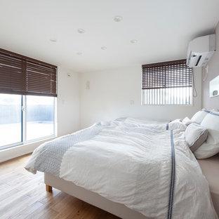 他の地域の北欧スタイルのおしゃれな寝室 (白い壁、茶色い床、無垢フローリング)