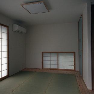 Ejemplo de habitación de invitados de estilo zen, grande, con paredes blancas y tatami
