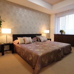 横浜のトランジショナルスタイルのおしゃれな寝室 (グレーの壁、カーペット敷き、茶色い床)