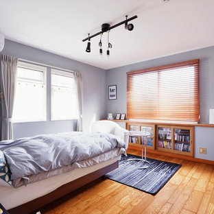 コンテンポラリースタイルのおしゃれな寝室 (グレーの壁、無垢フローリング、茶色い床)