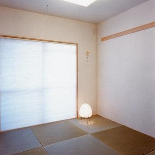 Ejemplo de dormitorio principal, contemporáneo, pequeño, con paredes blancas y tatami
