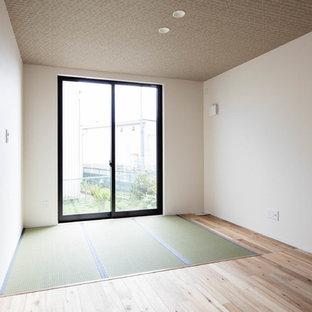 Foto de habitación de invitados de estilo zen con paredes blancas y tatami