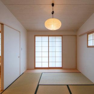 Ejemplo de dormitorio principal con paredes blancas y tatami
