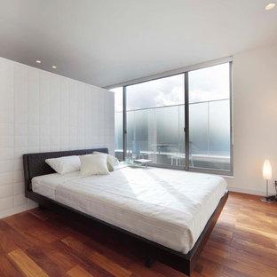東京23区のモダンスタイルのおしゃれな寝室 (白い壁、無垢フローリング、茶色い床) のレイアウト