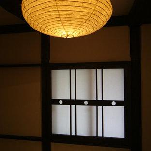 Asiatisk inredning av ett litet gästrum, med beige väggar, tatamigolv och grönt golv