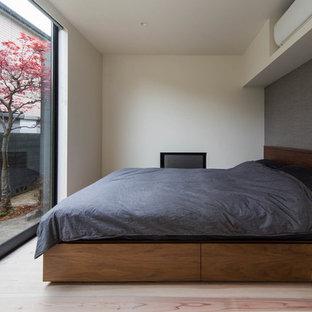 大阪のモダンスタイルのおしゃれな寝室 (マルチカラーの壁、淡色無垢フローリング、ベージュの床)