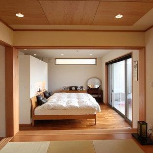 Exempel på ett asiatiskt sovrum, med vita väggar och mellanmörkt trägolv