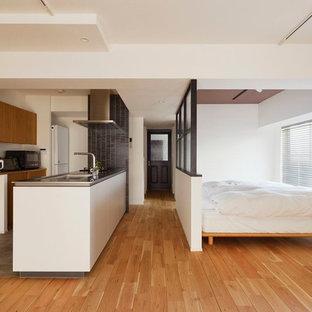 モダンスタイルのおしゃれな寝室 (白い壁、無垢フローリング、茶色い床) のインテリア