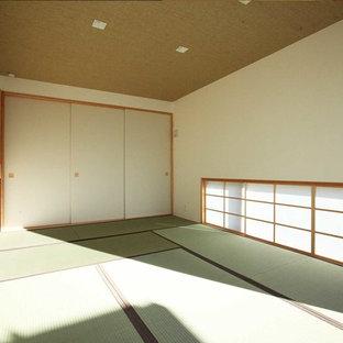 Imagen de dormitorio principal, asiático, de tamaño medio, con paredes blancas y tatami