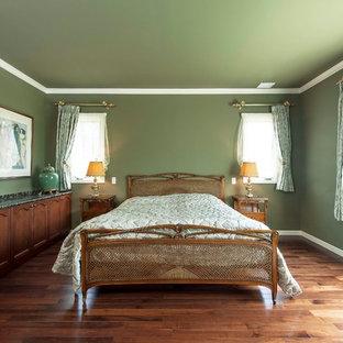 他の地域のトラディショナルスタイルのおしゃれな寝室 (緑の壁、無垢フローリング、茶色い床) のレイアウト