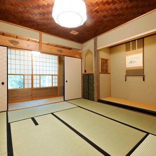 他の地域のアジアンスタイルのおしゃれな寝室 (茶色い壁、畳、緑の床)