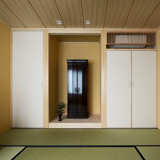 Modelo de dormitorio principal, de estilo americano, de tamaño medio, sin chimenea, con paredes beige, tatami y suelo verde