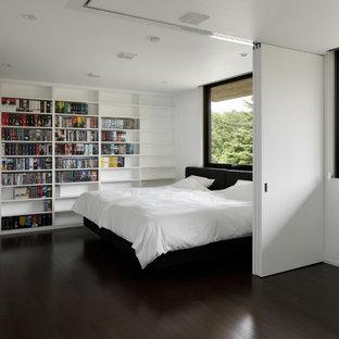 Modelo de dormitorio principal, minimalista, con paredes blancas, suelo de contrachapado y suelo marrón