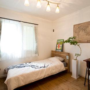 他の地域, の小さいコンテンポラリースタイルのおしゃれな寝室 (白い壁、無垢フローリング、茶色い床) のレイアウト