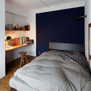 他の地域の小さいモダンスタイルのおしゃれな寝室 (マルチカラーの壁、無垢フローリング、茶色い床) のインテリア
