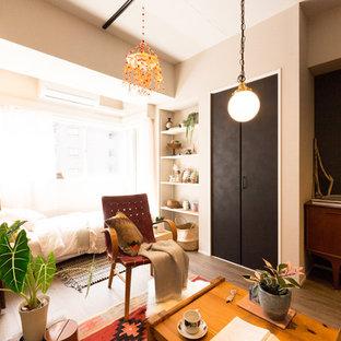 東京23区のエクレクティックスタイルのおしゃれな客用寝室 (ベージュの壁、無垢フローリング、茶色い床) のレイアウト