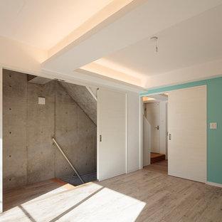 Ejemplo de dormitorio principal, minimalista, de tamaño medio, con paredes verdes, suelo vinílico y suelo rosa