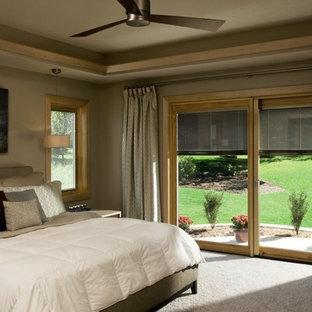 トランジショナルスタイルのおしゃれな寝室 (ベージュの壁、カーペット敷き、グレーの床)