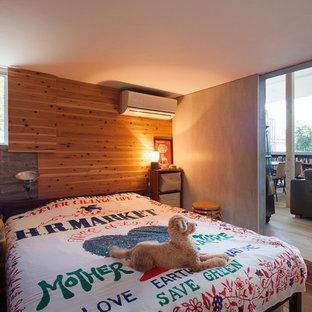 他の地域のラスティックスタイルのおしゃれな主寝室 (無垢フローリング) のレイアウト
